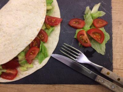 Csirkés tortilla recept karibi módra babbal, rizzsel és minden finomsággal…